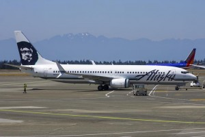 An Alaska Airlines 737 with split scimitar winglets (Photo by Alec Mollenhauer)