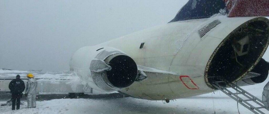 N909DL rests after crashing at LGA (Photo via NYPD Special Ops)