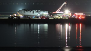 Removing the wreckage at SFO (Photo provided by Basil D Soufi (Own work) [CC BY-SA 3.0 (http://creativecommons.org/licenses/by-sa/3.0)], via Wikimedia Commons)