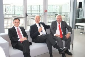 Pictured Left-to-right: Singapore Airlines CEO Goh Choon Phong, Airbus Group CEO Tom Enders, CEO of Customers at Airbus, John Leahy.