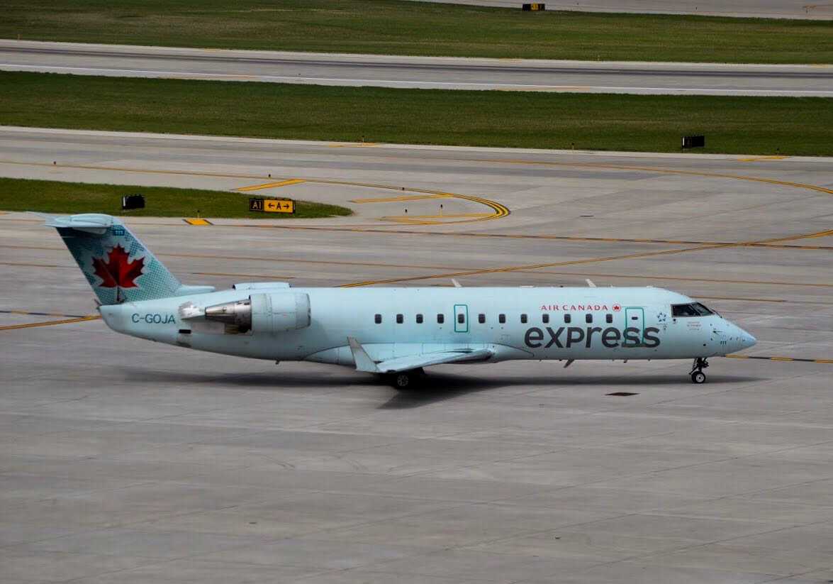 Air Canada CRJ-200 taxing in Omaha, Nebraska (Photo: AirlineGeeks | Matthew Garcia)