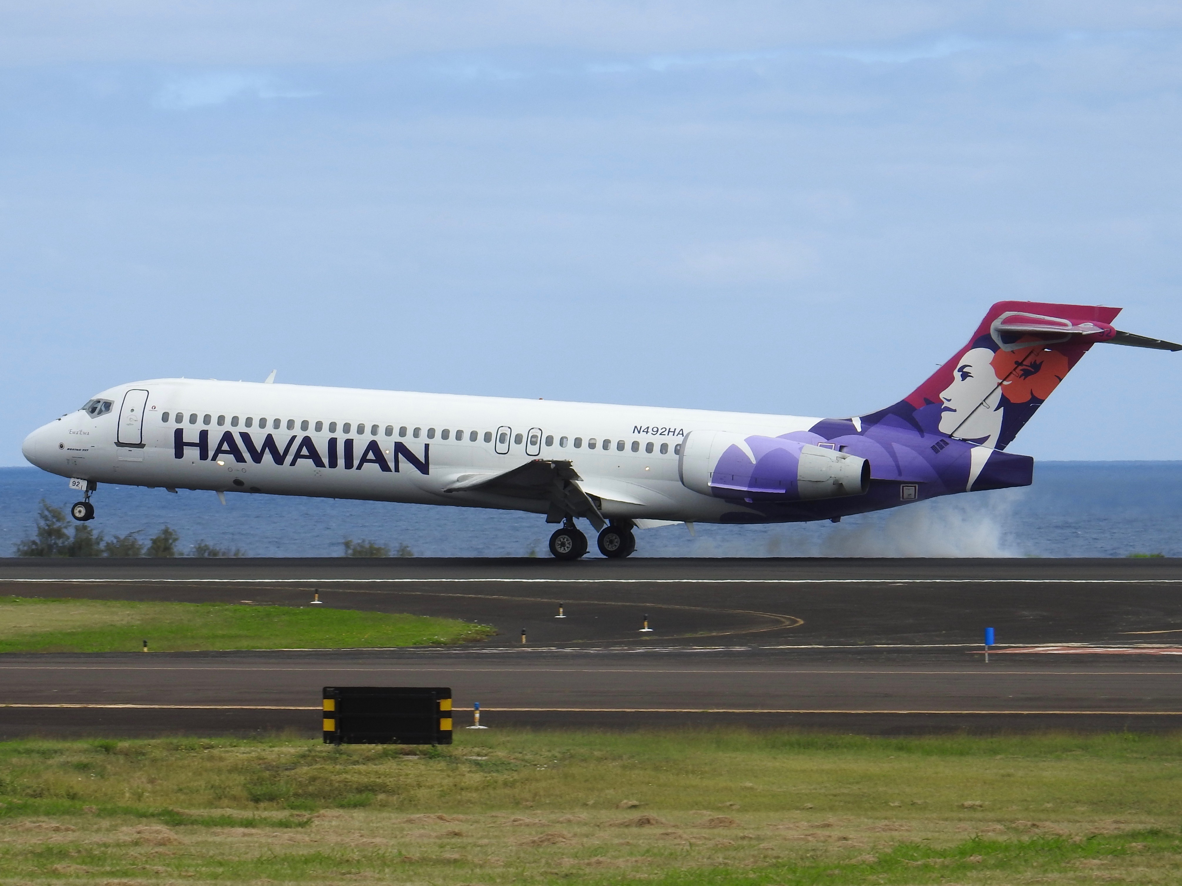 A Hawaiian Airlines 717 (Photo: AirlineGeeks | Ian McMurtry)