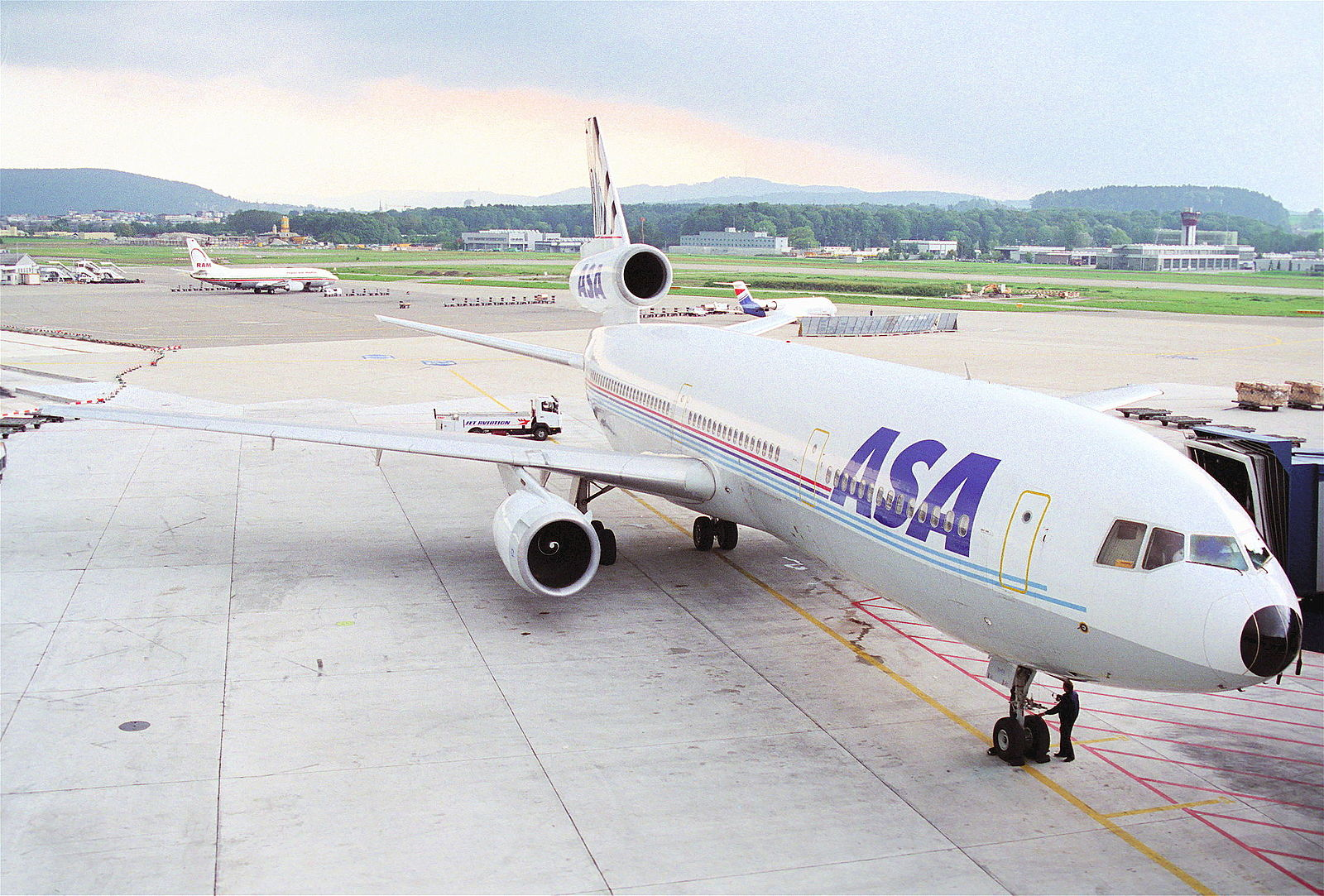 1600px-ASA_-_African_Safari_Airways_DC-10-30;_PH-DTL@ZRH;24.09.1995_(5471573982)