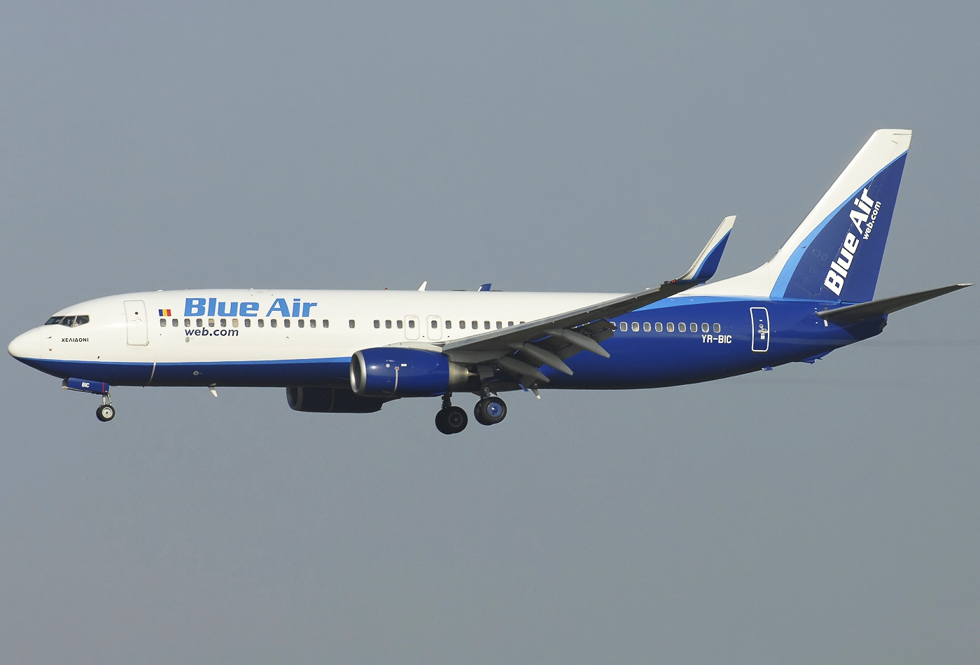 Boeing_737-800,_Blue_Air