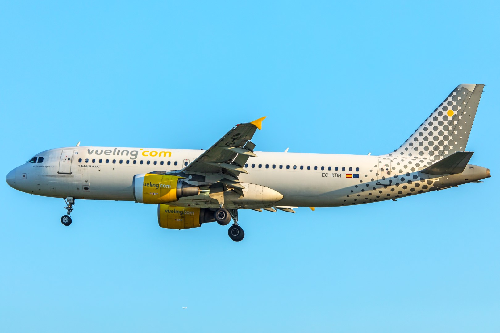 A Vueling Airbus A320 lands at London Heathrow International Airport (Photo: WIlliam Derrickson)
